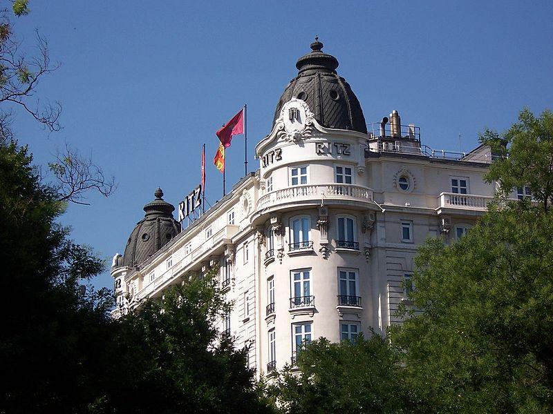 Baño Lujoso Sinonimo:El hotel se ubica en pleno centro de la capital de España
