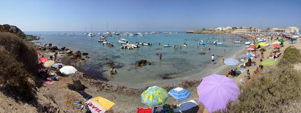 playa y cala de la isla alicantina apta para el baño