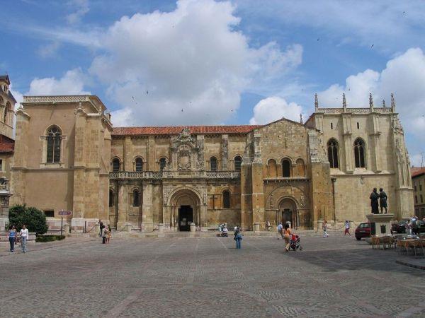 Fachada y exterior de la Colegiata de San Isidoro de León./Luidger