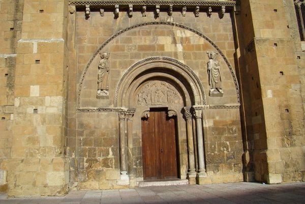 Fachada sur de la basílica de San Isidoro./Lourdes Cardenal