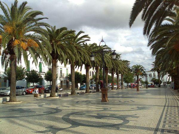 Paseo peatonal con suelo de azulejo./Tagido
