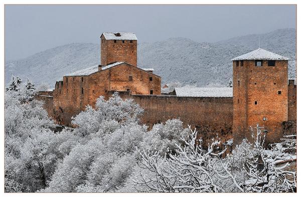 Castillo de aínsa en la provincia de huesca de la comunidad de aragón.
