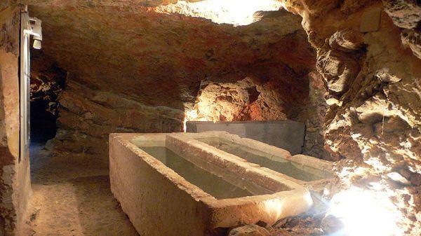 Hipogeos en el yacimiento de Puig des Molins en Ibiza (Baleares)