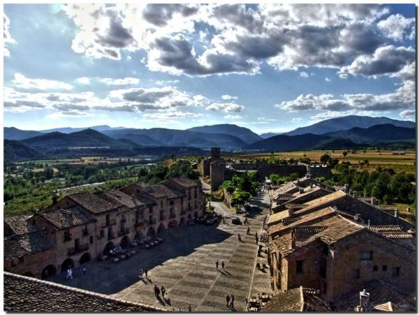 panoramica de la ciudad de aínsa en la provincia de huesca en aragon.