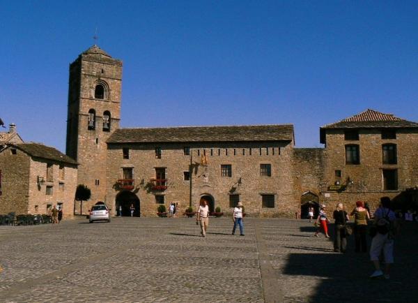 La Plaza Mayor de Aínsa de estilo medieval.