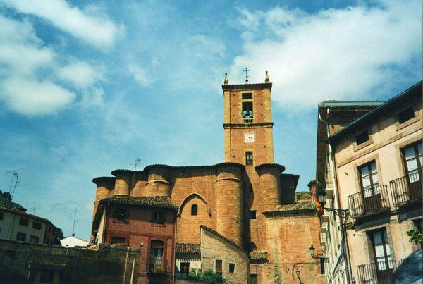 fachada y vista de frente del monasterio de santa maría la real