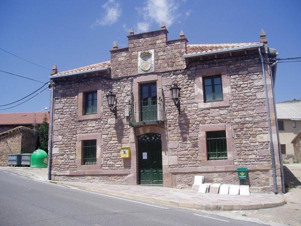 fachada del consistorio de brañosera.