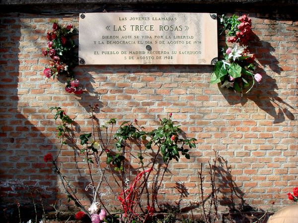 placa en conmemoración a las trece rosas fusiladas