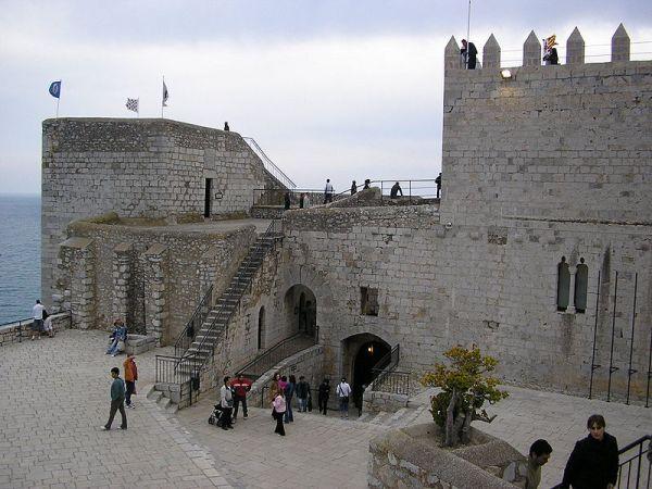 afluencia de visitantes en el patio de armas de la fortaleza de peñíscola