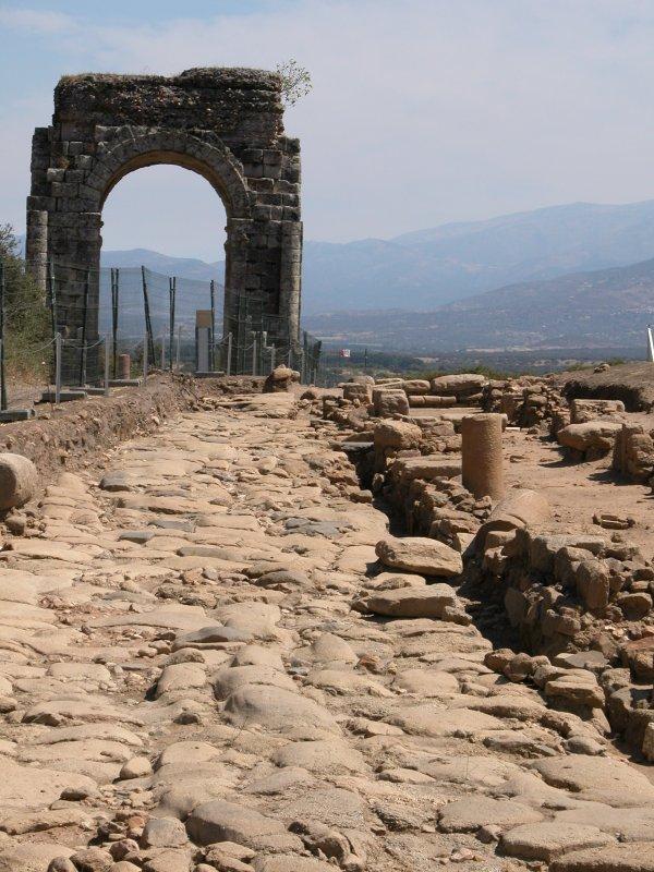 La Vía Augusta a su paso por el Arco de Cáparra.