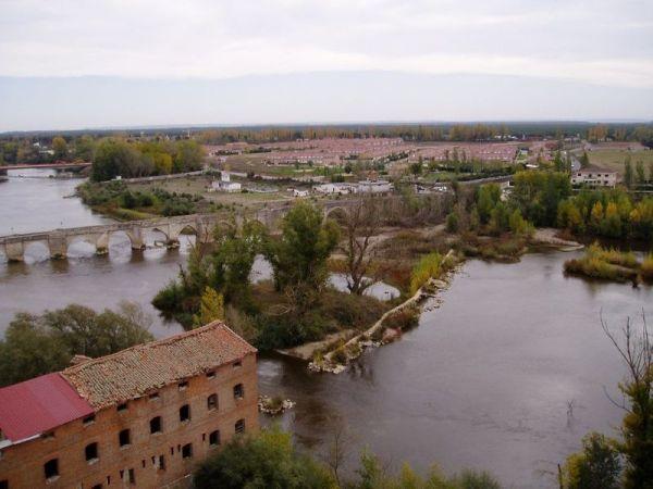 Simancas y el puente medieval visto desde arriba y el pisuerga